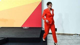 La dauphine de Merkel  trébuche sur l'extrême droite