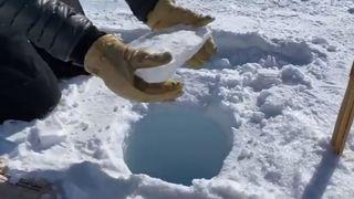 Le son irréel d'un bloc qui tombe dans un trou de glace