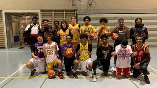 De jeunes basketteurs chaux-de-fonniers rendent hommage à Kobe Bryant