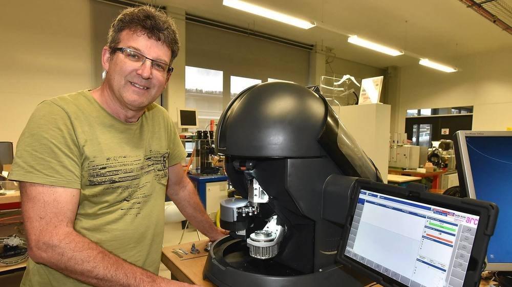 Le professeur Claude Jeannerat devant un prototype de Micro5 en 2018. La HE-Arc travaille désormais sur un projet de micro-usine utilisant les machines-outils de taille réduite.