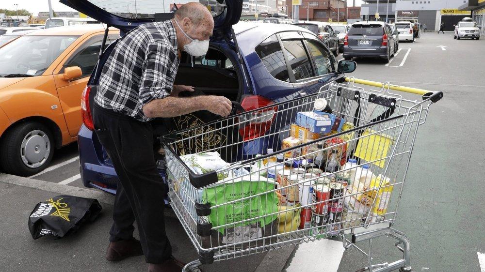 Les personnes à risque, dont les seniors, doivent absolument renoncer à faire elles-mêmes leurs courses.