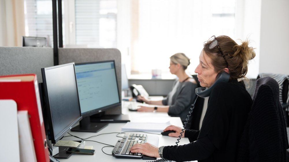 Au Service neuchâtelois de l'emploi, à La Chaux-de-Fonds, une vingtaine de personnes travaillent désormais à traiter les demandes de chômage partiel, contre deux en temps normal.