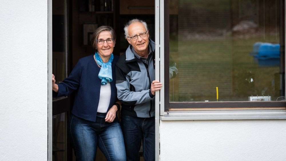Marie-Thérèse et Jean-Michel n'accueillent plus personne dans leur demeure, mais ils regorgent d'inventivité pour maintenir les échanges avec leur proches.