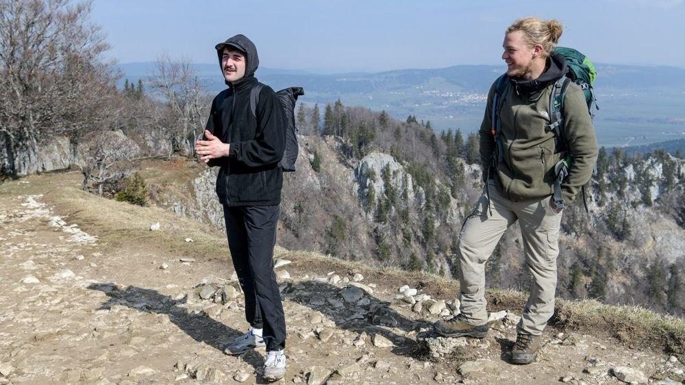 Gustave, à gauche, est venu se changer les idées au Creux-du-Van avec des amis, dont Sébastien.