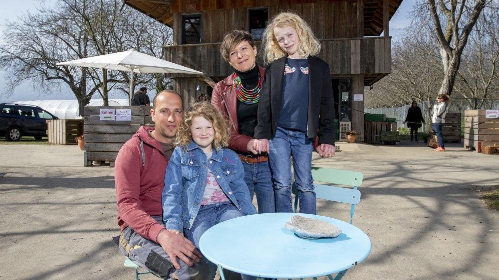 Quentin et Stéphanie Ducommun avec leurs deux filles, Alix et Roxane.