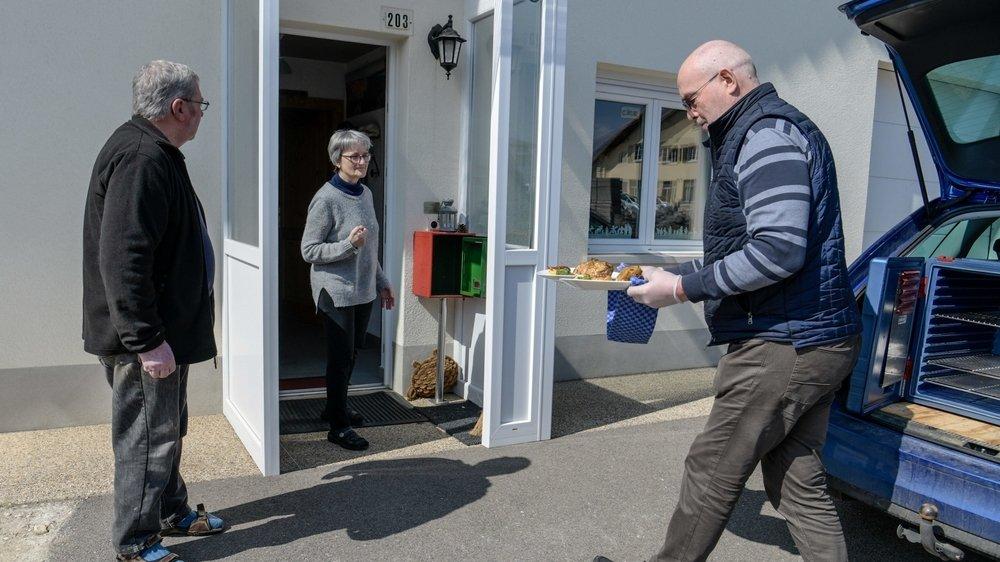 Jean-Daniel Oppliger, patron de l'auberge du Loup blanc, livre deux repas à La Brévine.