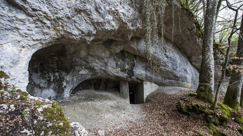 L'entrée de la grotte de Cotencher, sur les hauts des gorges de l'Areuse.