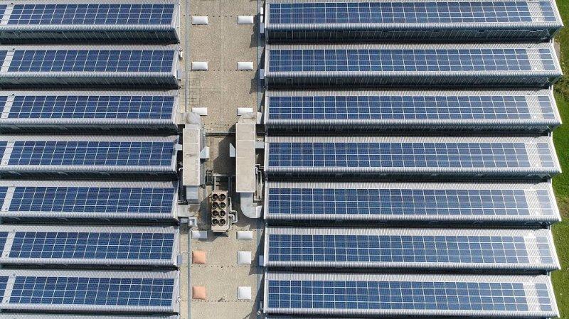 L'une des plus grandes installations solaires des Montagnes, mise en fonction en 2017 sur les bâtiments des entreprises ATM et NID au Crêt-du-Locle.