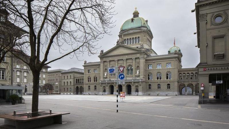 La place Fédérale à Berne est déserte. Les partis politiques sont unis derrière le Conseil fédéral.