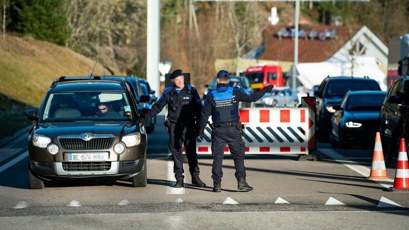 Avec la fermeture des petites douanes, le poste-frontière du Col-des-Roches est pris d'assaut, formant d'interminables bouchons aux heures de pointe.
