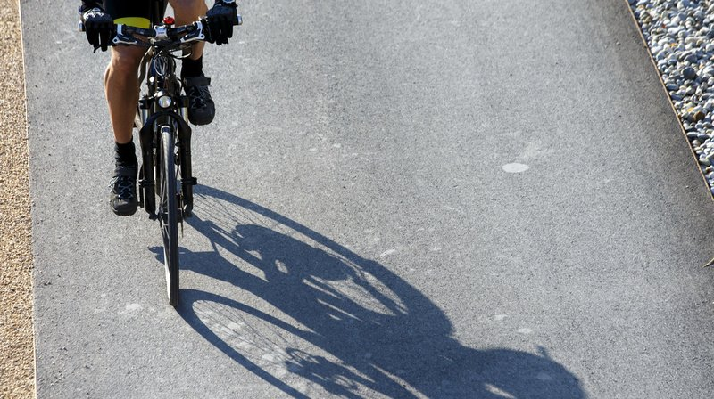 Un cycliste emprunte l'autoroute à Cortaillod