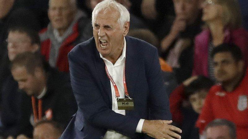 Bernard Challandes s'active le long de la ligne de touche lors d'un match de l'équipe nationale du Kosovo.