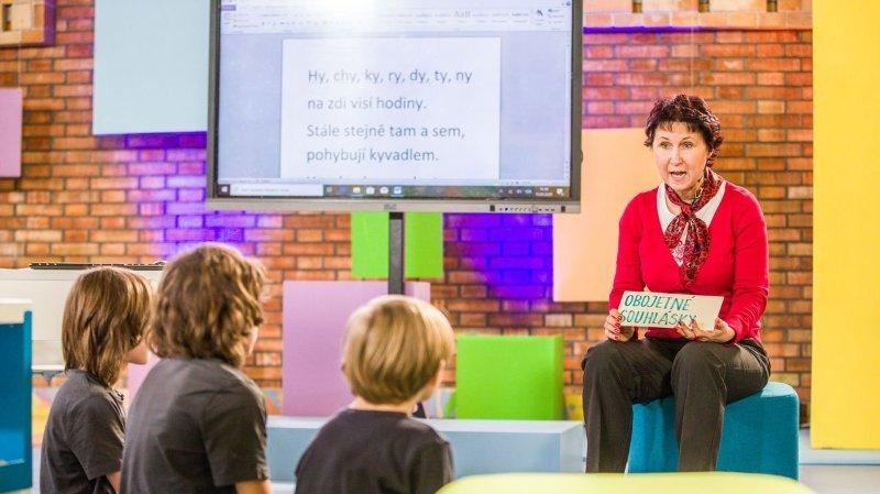 Coronavirus: en République tchèque, c'est la télévision publique qui «garde» les enfants en direct