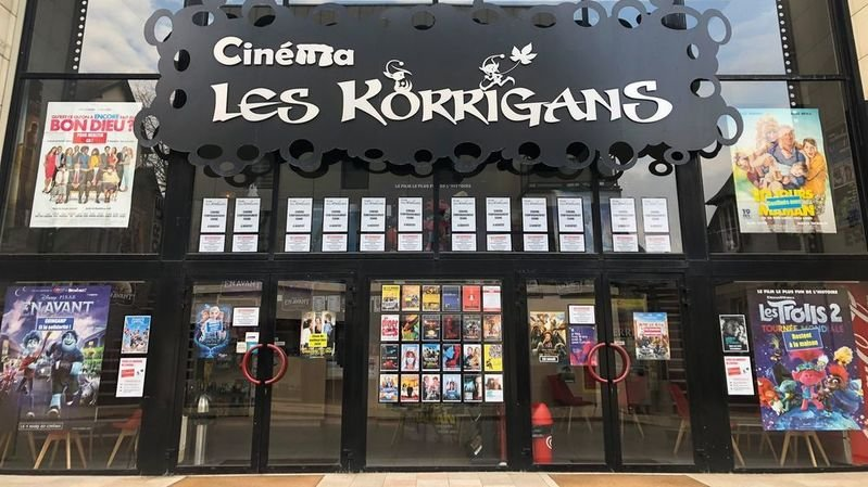 Une vingtaine d'affiches détournées recouvrent la façade du cinéma.