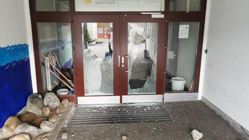 Porte de collège fracassée à Saint-Imier