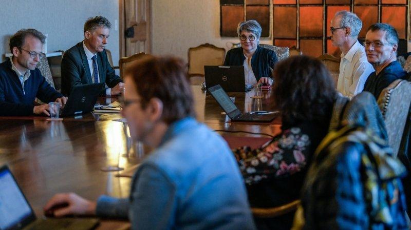 Séance de crise au Château de Neuchâtel avec la conseillère d'Etat Monika Maire-Hefti et les responsables des cercles scolaires du canton.
