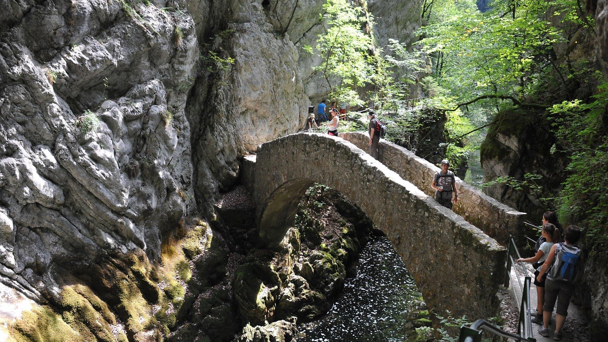 Canton de Neuchâtel: il n'est pas interdit de se promener, mais il faut respecter les distances