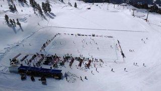 """Foot sur neige à Nendaz: match de """"legends"""" sur un lac gelé à 2171 m"""