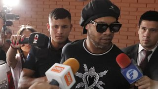 Football: Ronaldinho et son frère restent en prison