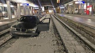 Alcool au volant: une voiture sur les rails de la gare de St-Gall
