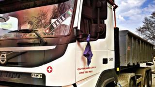 Un foulard bleu pour le personnel soignant: l'idée solidaire d'un routier brenassier