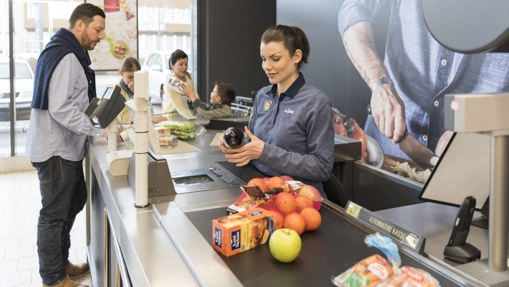 Dans les soins comme dans les grands magasins, les femmes sont en première ligne.