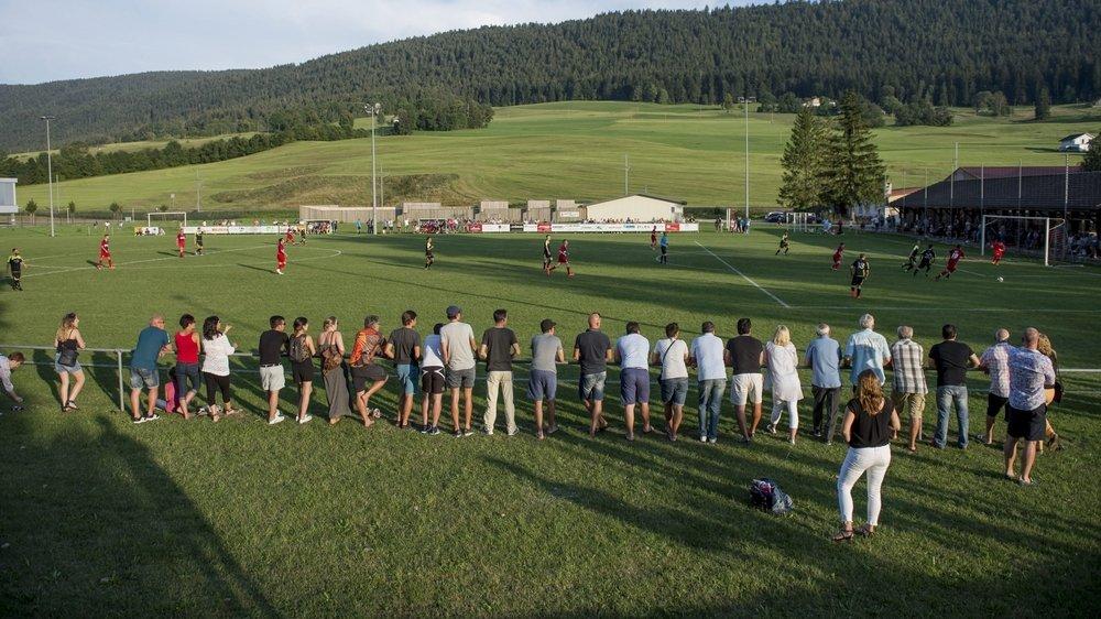 La première équipe du FC Couvet, ici lors d'un match contre Fleurier en 2016, va courir pour aider le Courrier du Val-de-Travers.