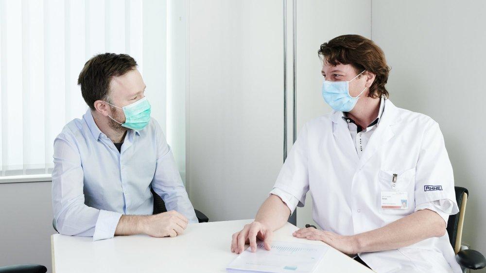 Olivier Plachta (à gauche) et Jacques Donzé équipés de masques de protection.