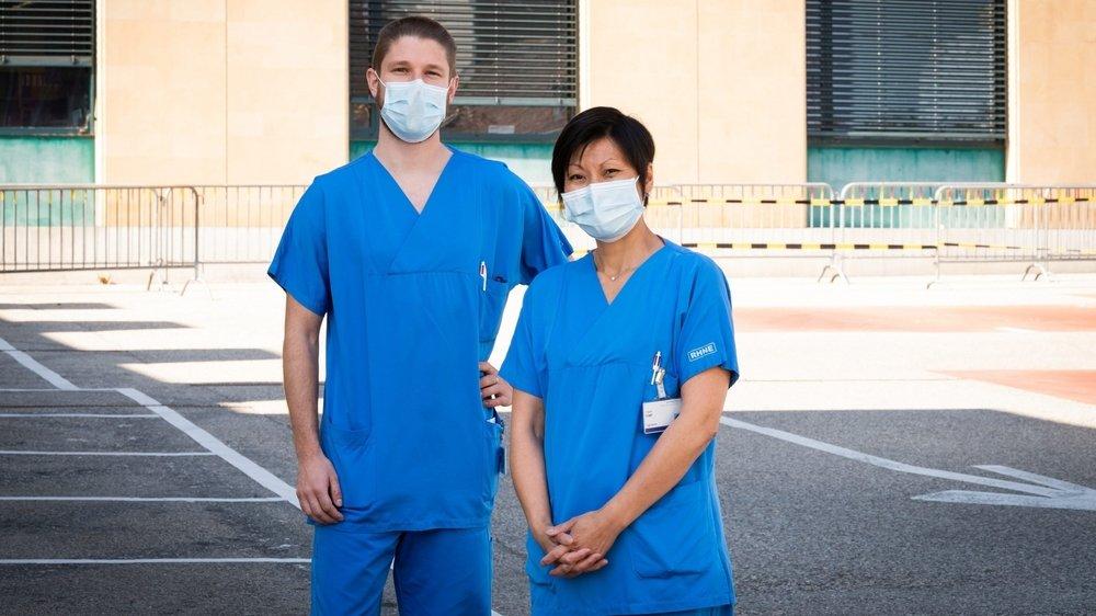 Le responsable des sages-femmes du Réseau hospitalier neuchâtelois Maxime Haubry et Virginie Font, membre de son équipe. Interdit d'accès pour éviter des risques de contagion, le photographe les a fait poser devant l'entrée de l'hôpital Pourtalès.