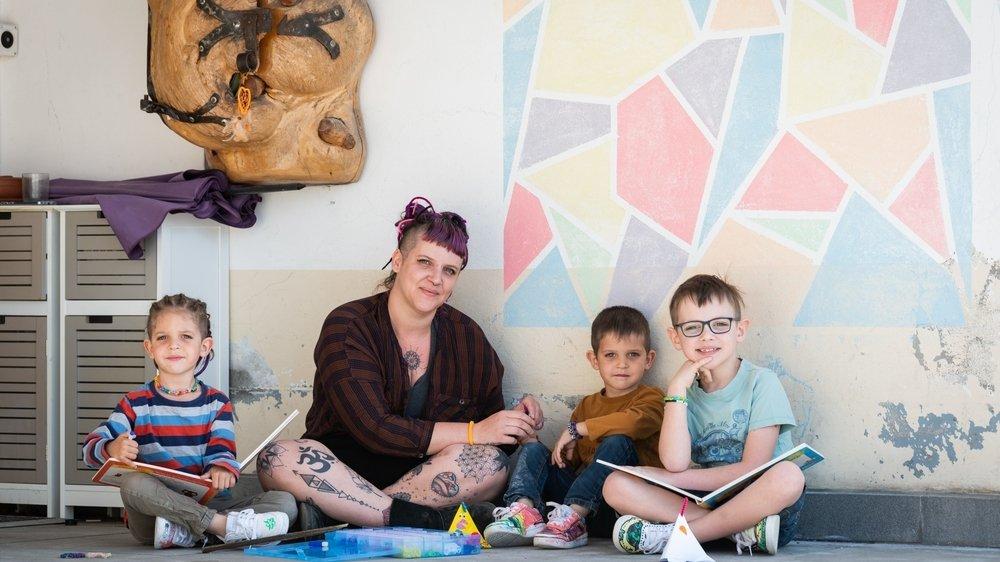 Julie a décidé de privilégier des activités ludiques avec ses enfants encore scolarisés, (de gauche à droite) Clément, Louis et Esteban. Comme dessiner une fresque.