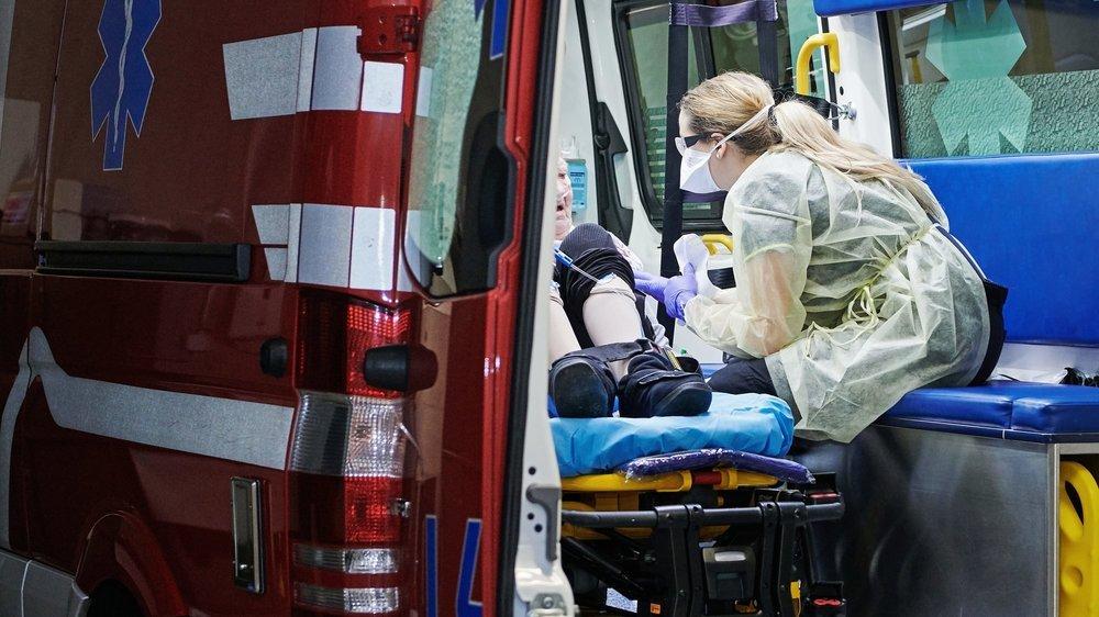 Mathilde, ambulancière, au chevet d'une malade lors d'une intervention la semaine dernière.