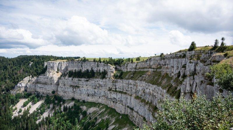 Trop de touristes de toute la Suisse se pressent au Creux-du-Van, la police ferme l'accès au site