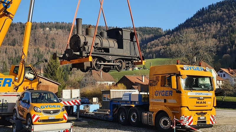 Une loco à vapeur stationnée à Saint-Sulpice retourne dans son Jura