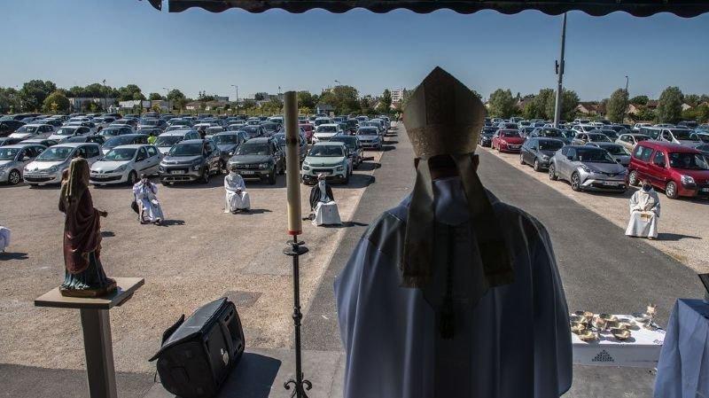 """Messe drive-in en France: """"Pour la communion, allumez vos feux de détresse!"""""""