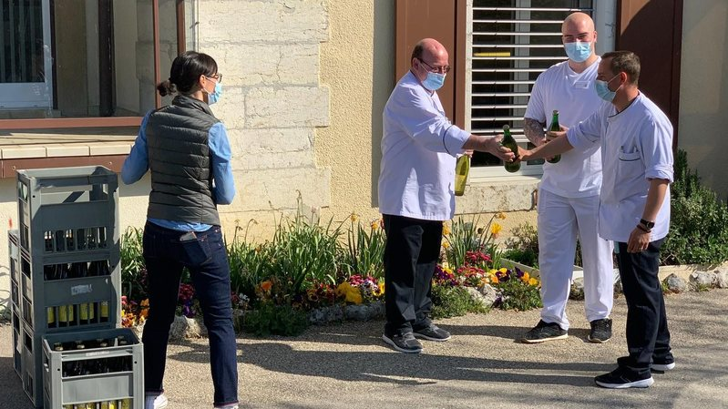 Le Domaine Grisoni a offert 300 bouteilles de moût de raisin à des soignants
