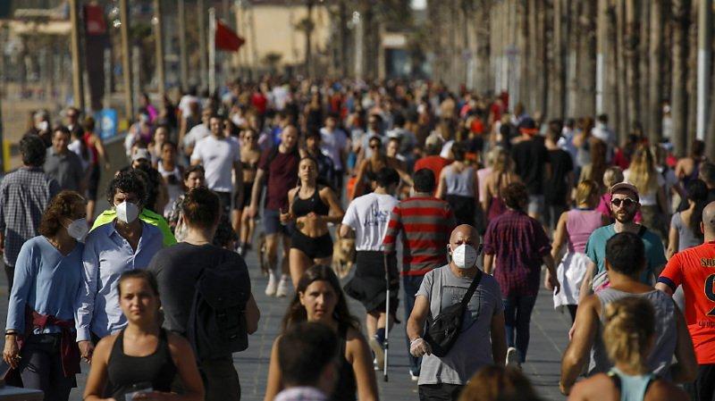 De nombreux Barcelonais sont sortis faire de l'exercice sur le front de mer ce samedi.