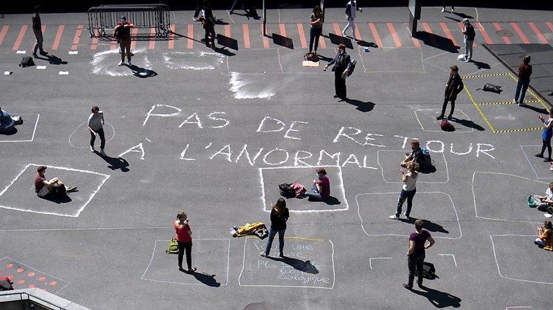 """Des personnes ont manifesté dans leur carré de 4m2 pour demander d'éviter un """"retour à l'anormal""""."""
