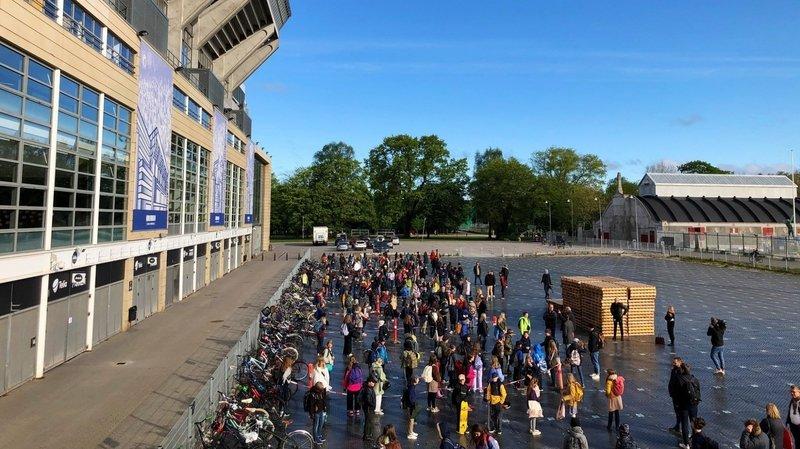 Coronavirus: des élèves danois ont repris l'école dans un stade de foot