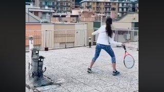 Coronavirus et confinement: deux Italiennes jouent au tennis d'un toit à un autre