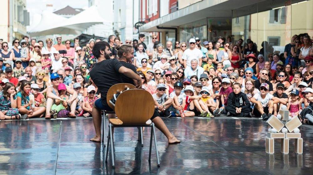 Des artistes sur la scène de la Plage des Six-Pompes, à La Chaux-de-Fonds.