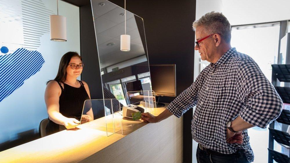 Commerces et services misent sur le plexiglass pour répondre au défi sanitaire d'une réouverture post-covid. Ici, la réception d'ArcInfo et de sa régie publicitaire, Impactmedias.