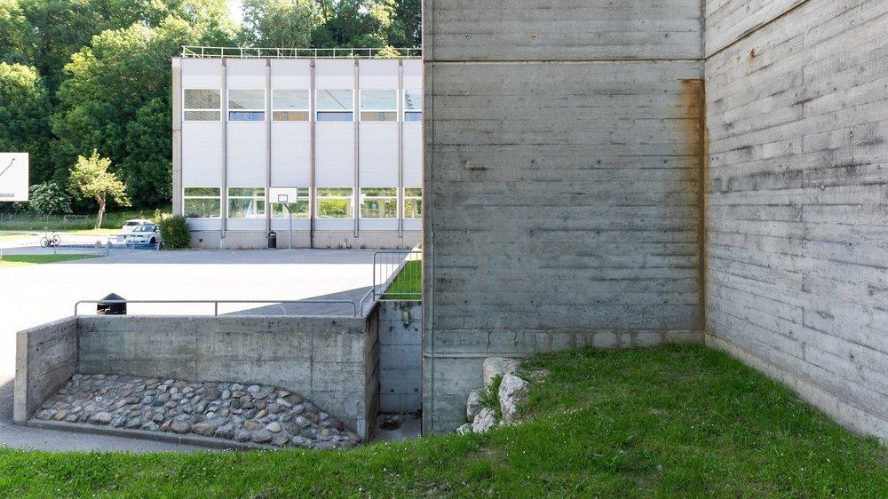 Des problèmes d'étanchéité du toit ont causé des infiltrations d'eau, visibles notamment sur les façades.