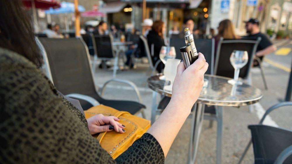 Dès le 1erjuin, fumer des cigarettes électroniques dans les lieux publics neuchâtelois sera interdit. Si cette mesure ne semble pas avoir une grande in ...