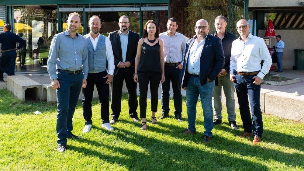 La nouvelle équipe dirigeante du HCC, avec de gauche à droite: David Grandjean, Patrick Sgobba, Gregory Duc, Isabelle Augsburger, Sebastien Maye, Olivier Calame (président), Nicolas Bueche et Walter Tosalli (vice-président).  La Chaux-de-Fonds, le 24 juin 2020. Photo: Lucas Vuitel