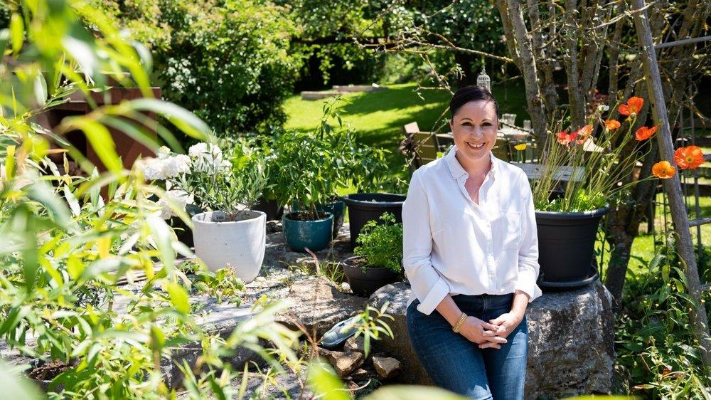 La productrice Aurélie Candaux, ici dans son jardin de Fenin, a aussi la main verte.