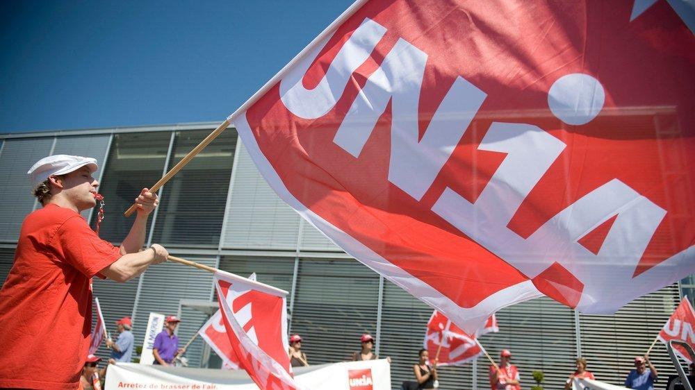 Des manifestants d UNIA devant le siege de l'usine Mikron a Boudry.  Boudry, 24.08.09 PHOTO DAVID MARCHON