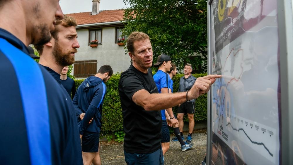 Christophe Otz, qui montre ici le parcours du Cerneux-Péquignot aux joueurs du HCC, est satisfait du départ du BCN Tour Challenge.