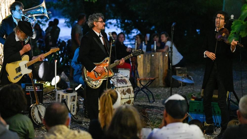 Un public enthousiaste, mais sage pour le concert des Dead Brothers à la Buvette de la Pointe du Grain.