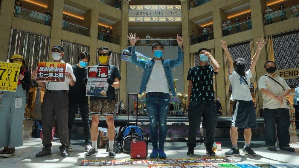 Protestant contre la loi promulguée hier à Pékin, des manifestants se sont réunis dans un centre commercial à Hong Kong.