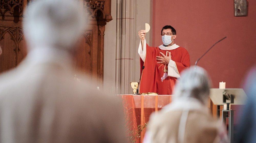 Moyennant quelques adaptations en raison des mesures sanitaires, les fidèles catholiques ont pu vivre la communion à l'église du Sacré-Coeur ce dimanche de Pentecôte.